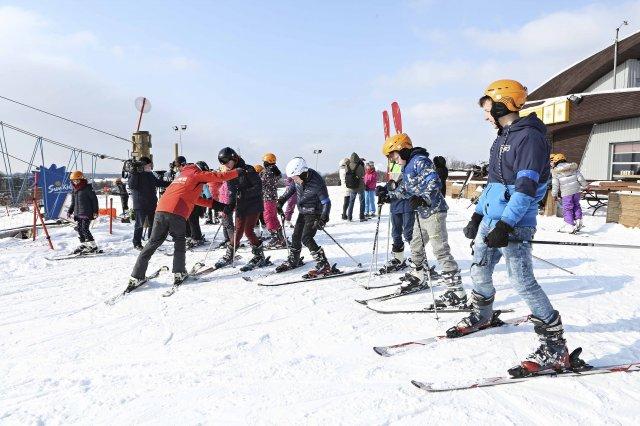 100 vaikų pirmą kartą slidinėjo