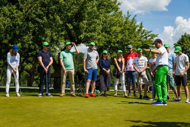 Pirmajame renginyje šeimos galės išbandyti golfą.